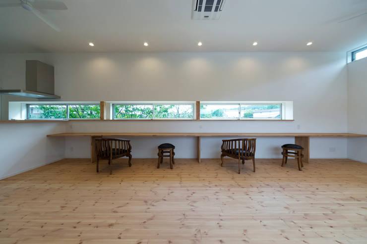 対の棲家 リビング: フォーレストデザイン一級建築士事務所が手掛けたです。