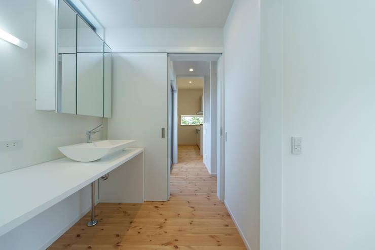対の棲家 洗面室: フォーレストデザイン一級建築士事務所が手掛けたです。