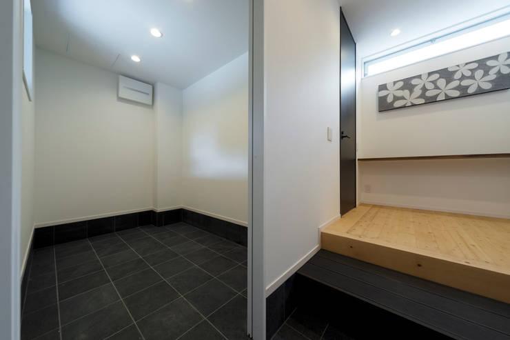 対の棲家 玄関+収納: フォーレストデザイン一級建築士事務所が手掛けたです。