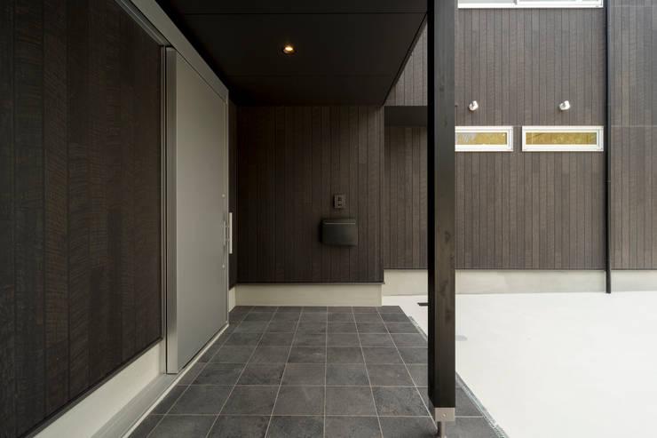 対の棲家 玄関: フォーレストデザイン一級建築士事務所が手掛けたです。