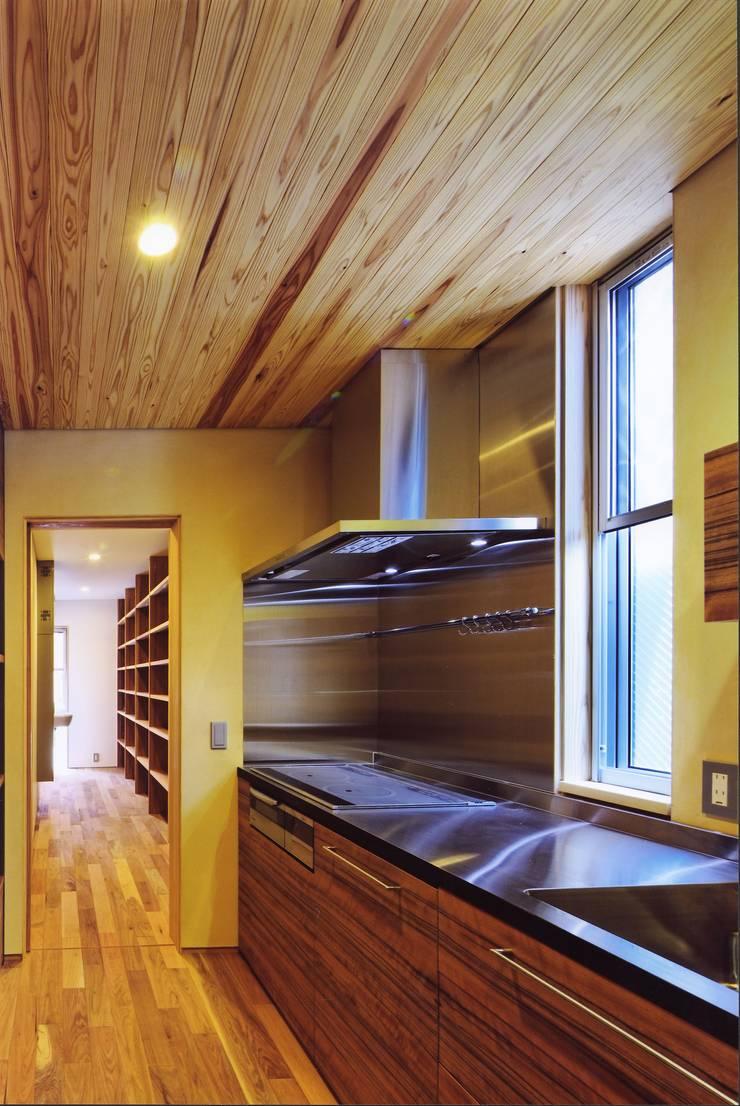 高殿の家: 一級建築士事務所 有限会社NEOGEO(ネオジオ)が手掛けたキッチンです。