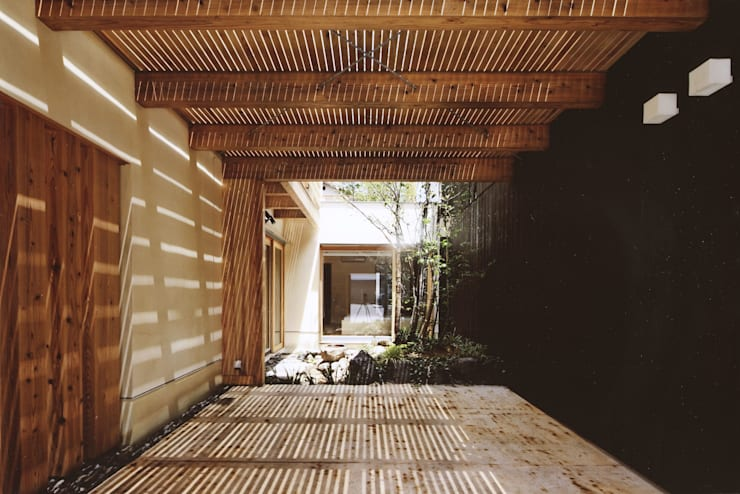 路地のある寺内町の家: 一級建築士事務所 有限会社NEOGEO(ネオジオ)が手掛けたテラス・ベランダです。