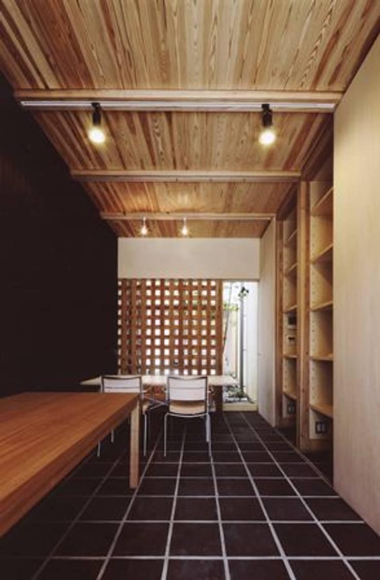 路地のある寺内町の家: 一級建築士事務所 有限会社NEOGEO(ネオジオ)が手掛けたダイニングです。