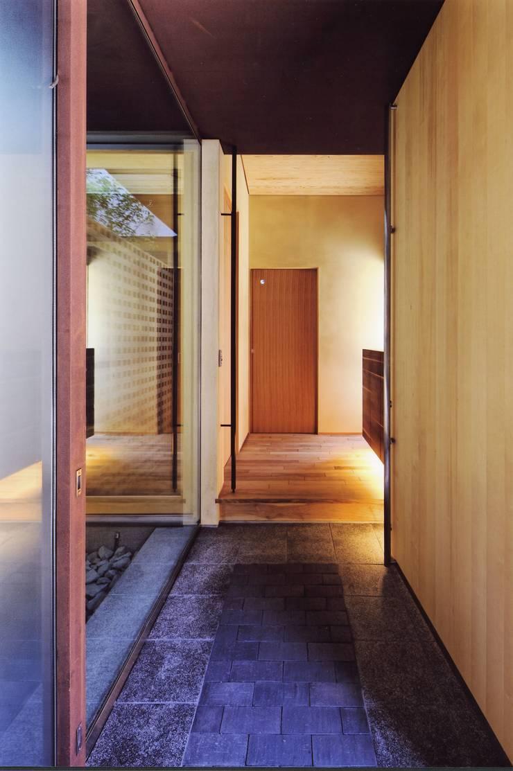 高殿の家: 一級建築士事務所 有限会社NEOGEO(ネオジオ)が手掛けた廊下 & 玄関です。