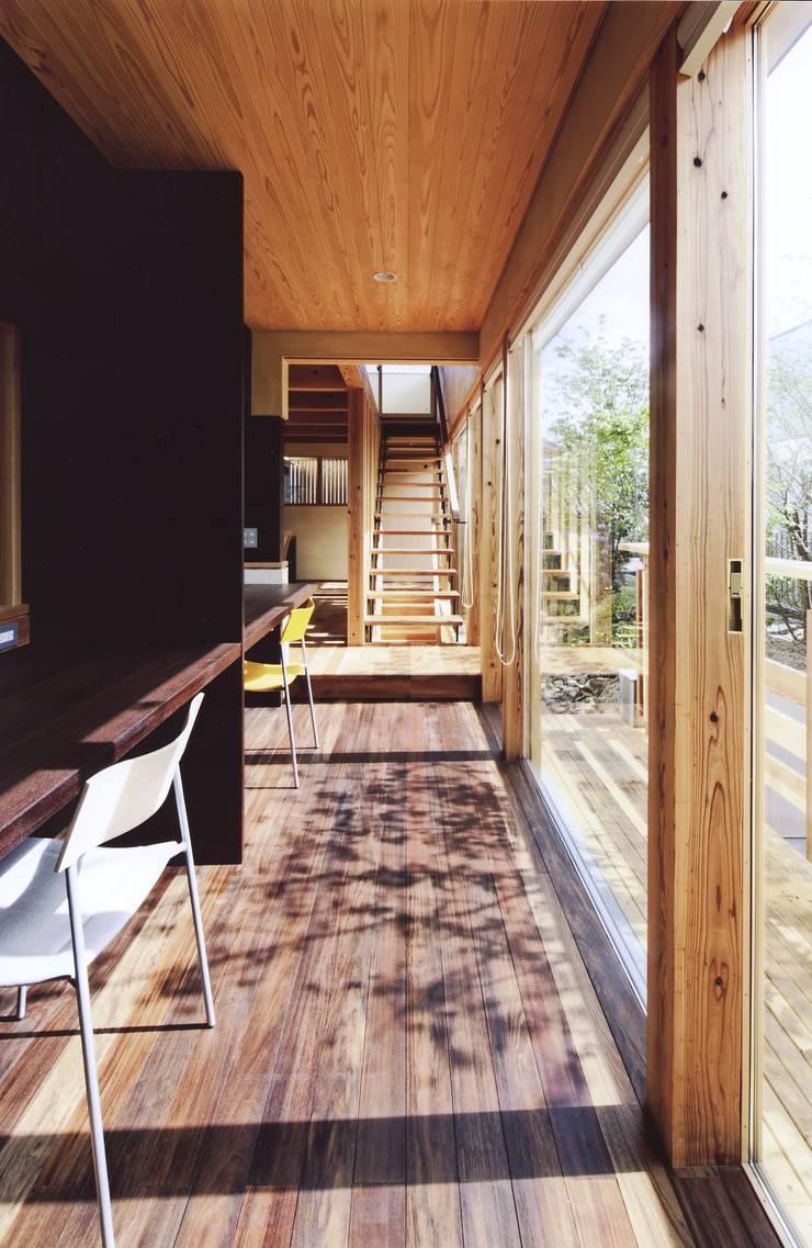 路地のある寺内町の家: 一級建築士事務所 有限会社NEOGEO(ネオジオ)が手掛けた廊下 & 玄関です。