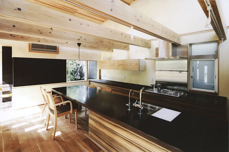路地のある寺内町の家: 一級建築士事務所 有限会社NEOGEO(ネオジオ)が手掛けたキッチンです。