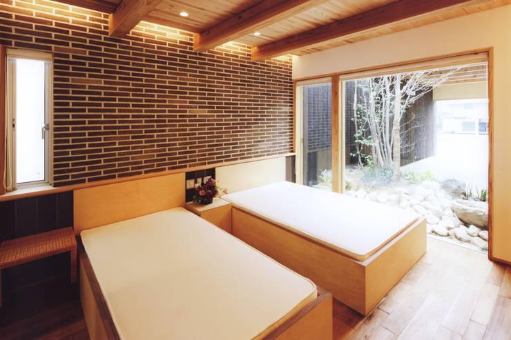 路地のある寺内町の家: 一級建築士事務所 有限会社NEOGEO(ネオジオ)が手掛けた寝室です。