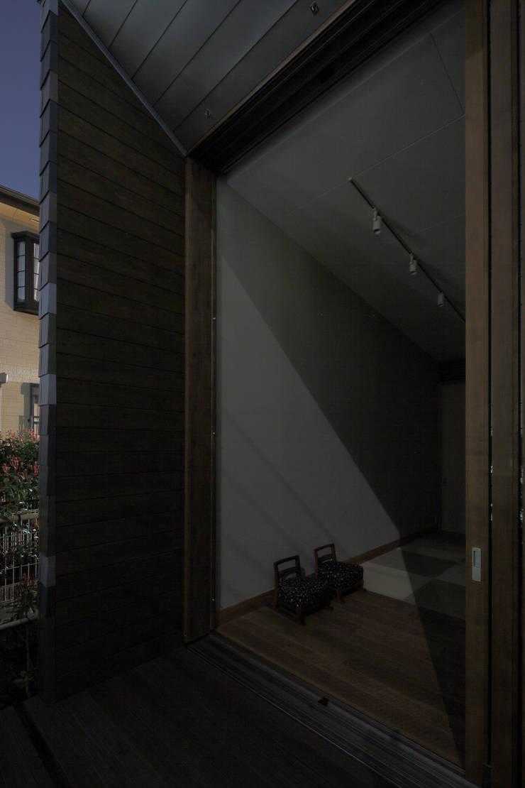 月の耀う家: 港設計一級建築士事務所が手掛けた廊下 & 玄関です。