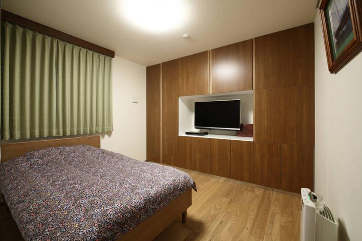 月の耀う家: 港設計一級建築士事務所が手掛けた寝室です。