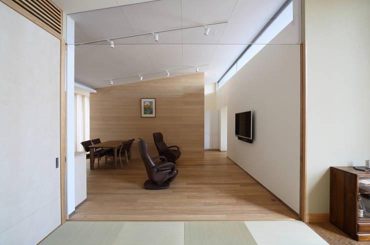 月の耀う家: 港設計一級建築士事務所が手掛けたリビングです。