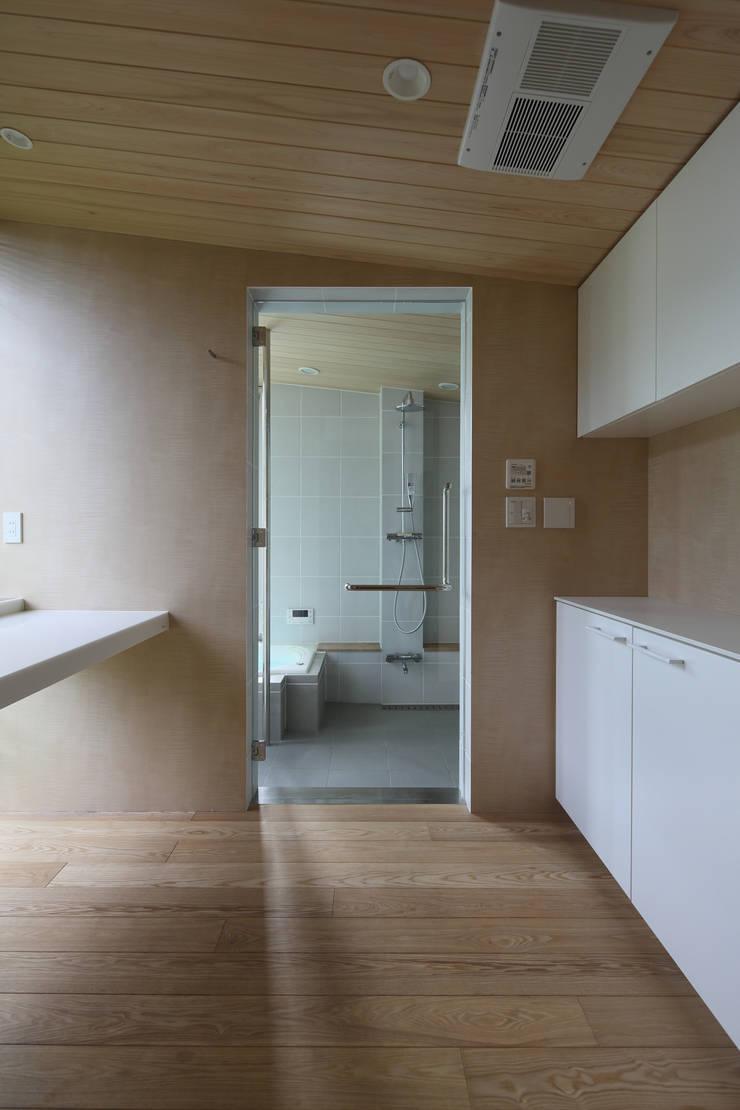 月の耀う家: 港設計一級建築士事務所が手掛けた浴室です。