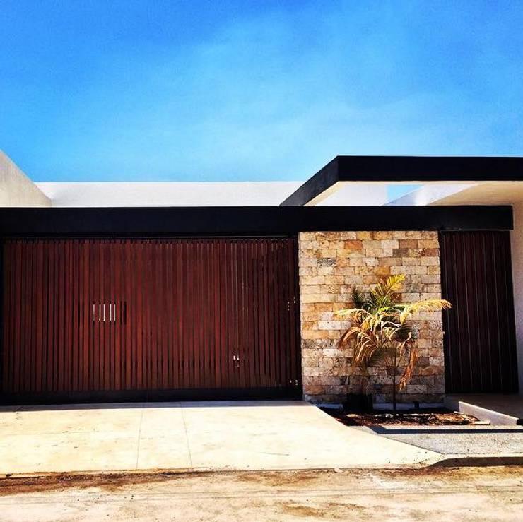 15 fachadas de casas modernas cerradas al exterior for Fachadas exteriores de casas modernas