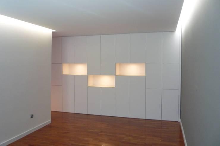 Apartamento no Porto: Salas de jantar  por bkx arquitectos
