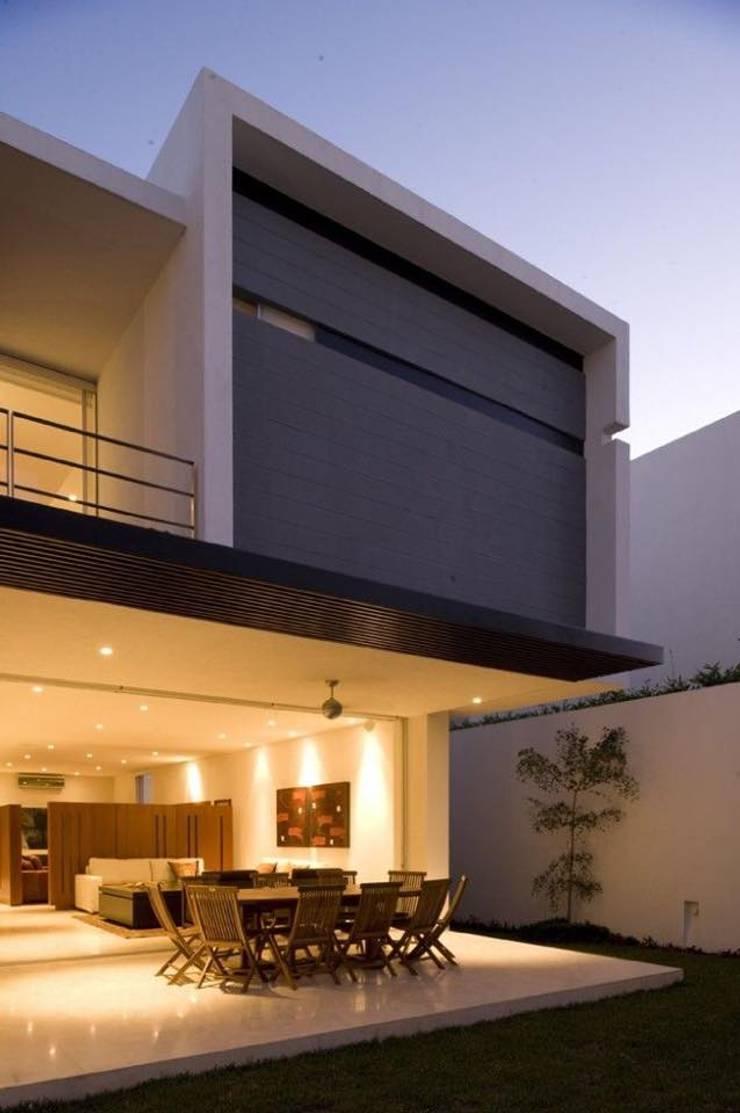 Proyectos y Espacios: Casas de estilo moderno por MIM Arquitectos