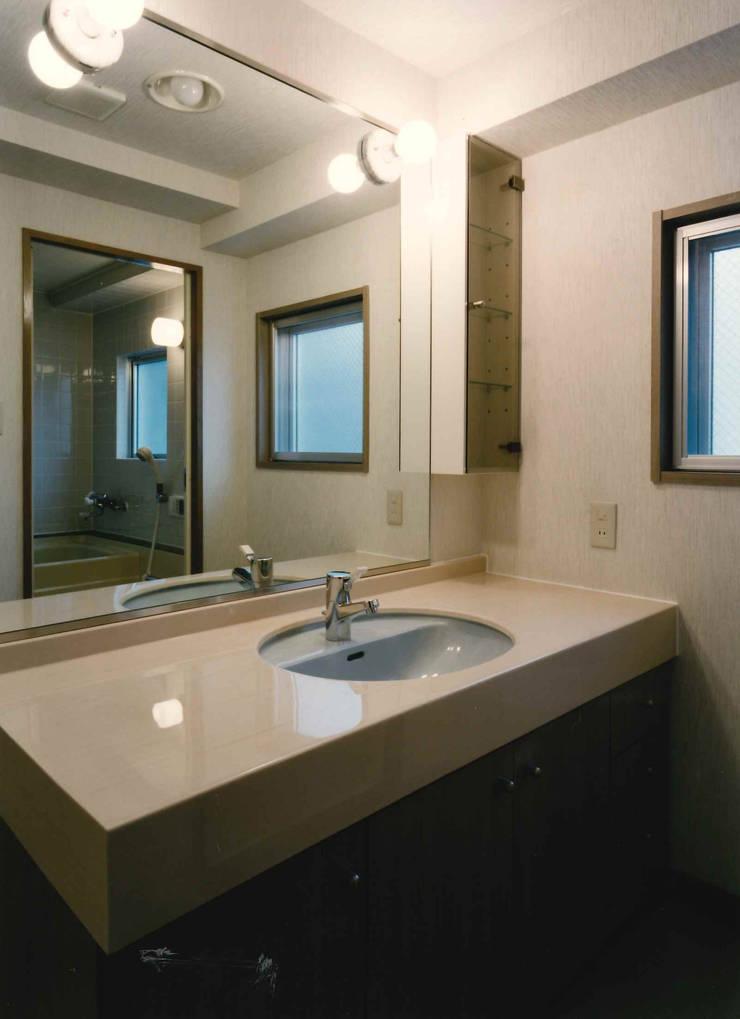 N邸+賃貸集合住宅: プランニングシステム株式会社が手掛けた浴室です。