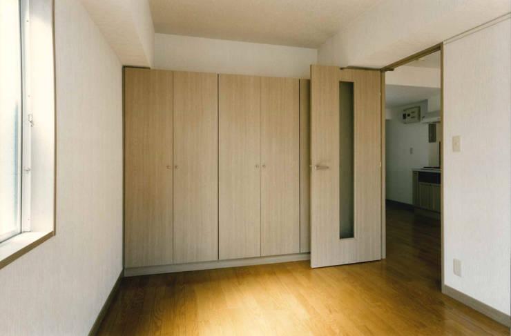 N邸+賃貸集合住宅: プランニングシステム株式会社が手掛けた寝室です。
