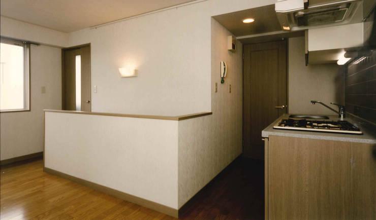 N邸+賃貸集合住宅: プランニングシステム株式会社が手掛けた廊下 & 玄関です。