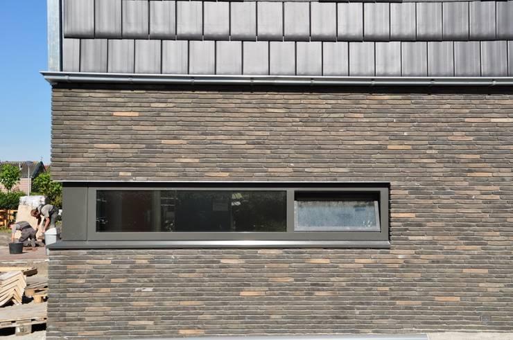 Moderne woning Oxhoofpad:  Muren door Nico Dekker Ontwerp & Bouwkunde, Modern