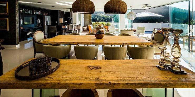 Ocean House 62: Salas de jantar  por Espezim Biazzetto Arquitetura,