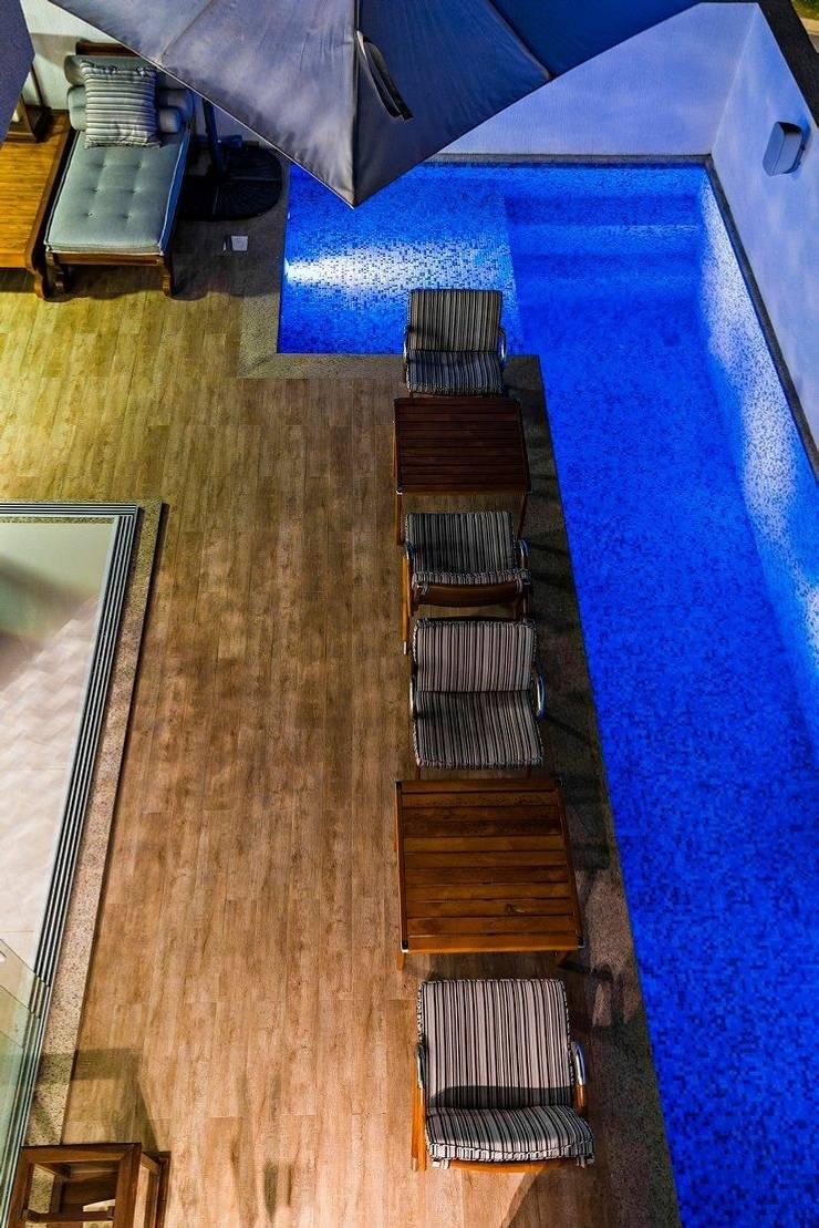 Ocean House 62: Piscinas  por Espezim Biazzetto Arquitetura,
