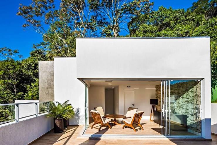 Ocean House 62: Terraços  por Espezim Biazzetto Arquitetura,