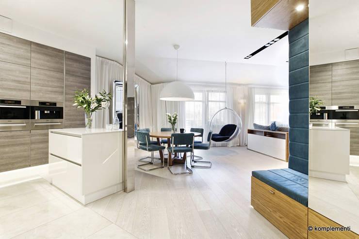 Projekt apartamentu nad morzem: styl , w kategorii Jadalnia zaprojektowany przez Komplementi