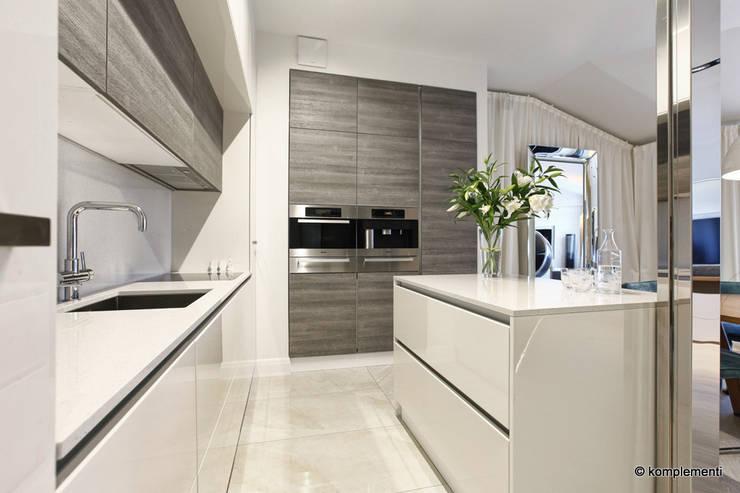 Projekt apartamentu nad morzem: styl , w kategorii Kuchnia zaprojektowany przez Komplementi