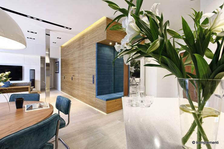 Projekt apartamentu nad morzem: styl , w kategorii Korytarz, przedpokój zaprojektowany przez Komplementi