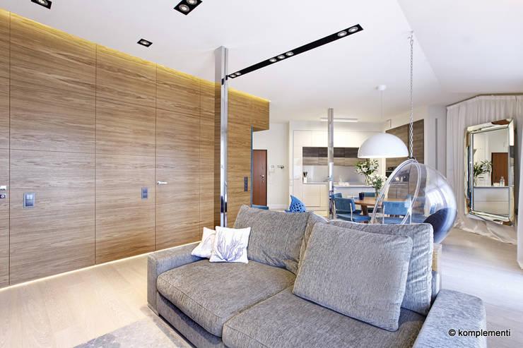 Projekt apartamentu nad morzem: styl , w kategorii Salon zaprojektowany przez Komplementi