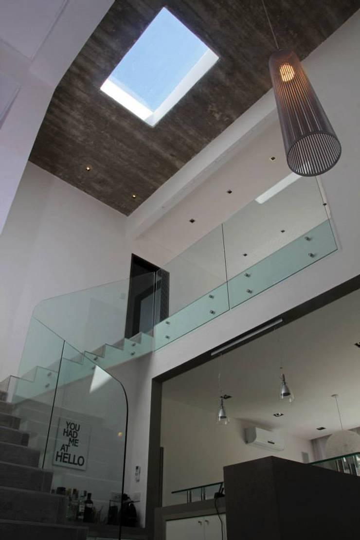 Casa Racionalista en La Glorieta Nordelta: Livings de estilo  por ADHOC arquitecturAmedida