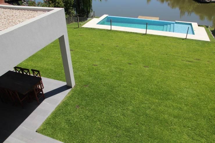 Casa Racionalista en La Glorieta Nordelta: Jardines de estilo  por ADHOC arquitecturAmedida
