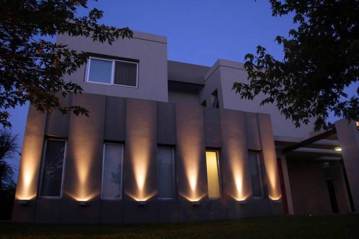 Casa Racionalista en La Glorieta Nordelta: Casas de estilo  por ADHOC arquitecturAmedida