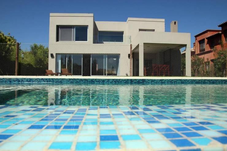 Casa Racionalista en La Glorieta Nordelta: Piletas de estilo  por ADHOC arquitecturAmedida