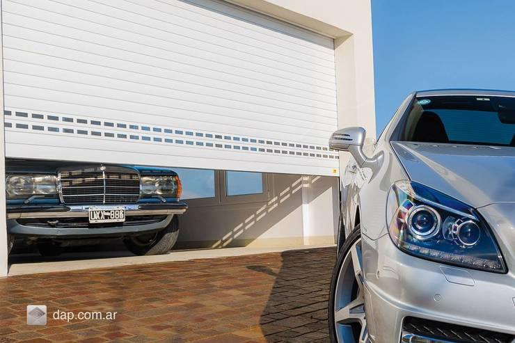 Persianas de aluminio y cortinas de interiores: Garajes de estilo moderno por info8116