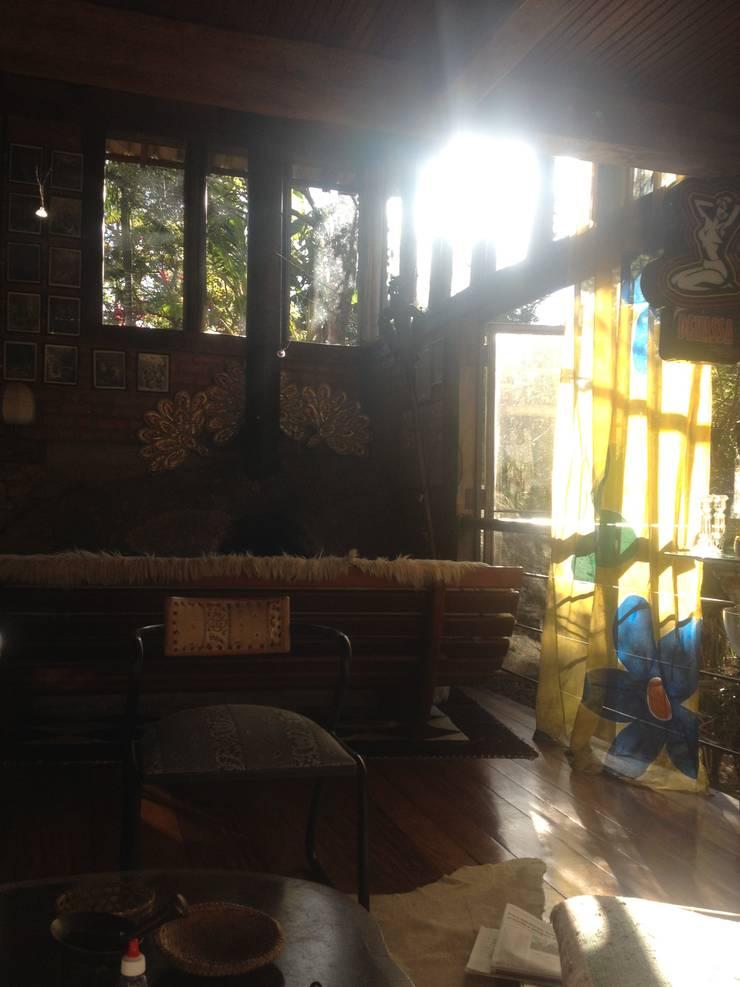 Casa Araras: Salas de estar  por Fernando Menezes Arquitetura,Campestre