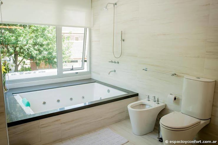 Vivienda en Grand Bell: Baños de estilo moderno por AMADO arquitectos