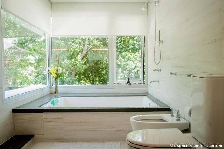 Vivienda en Grand Bell: Baños de estilo  por AMADO arquitectos