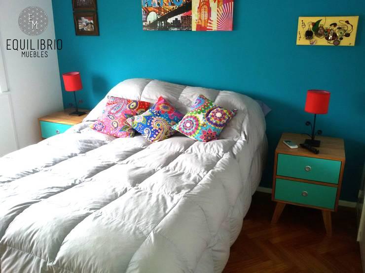 COMODA PARAÍSO Y MESAS DE LUZ: Dormitorios de estilo  por EQUILIBRIO MUEBLES