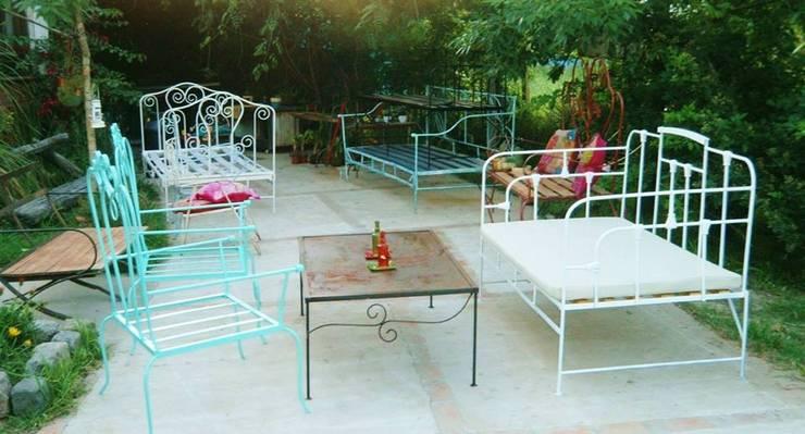 Muebles para interior y exterior: Balcones y terrazas de estilo  por Hierros del dorado
