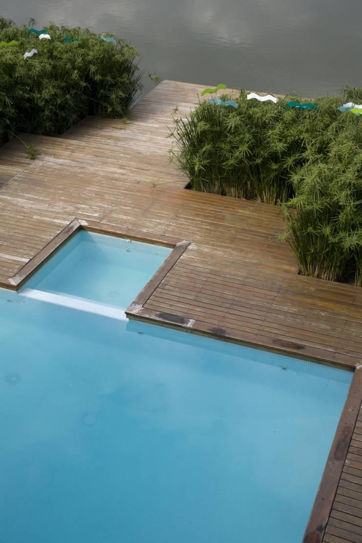 La casa que flota: Jardines de estilo  por Cristina Le Mehauté Estudio de Paisajismo