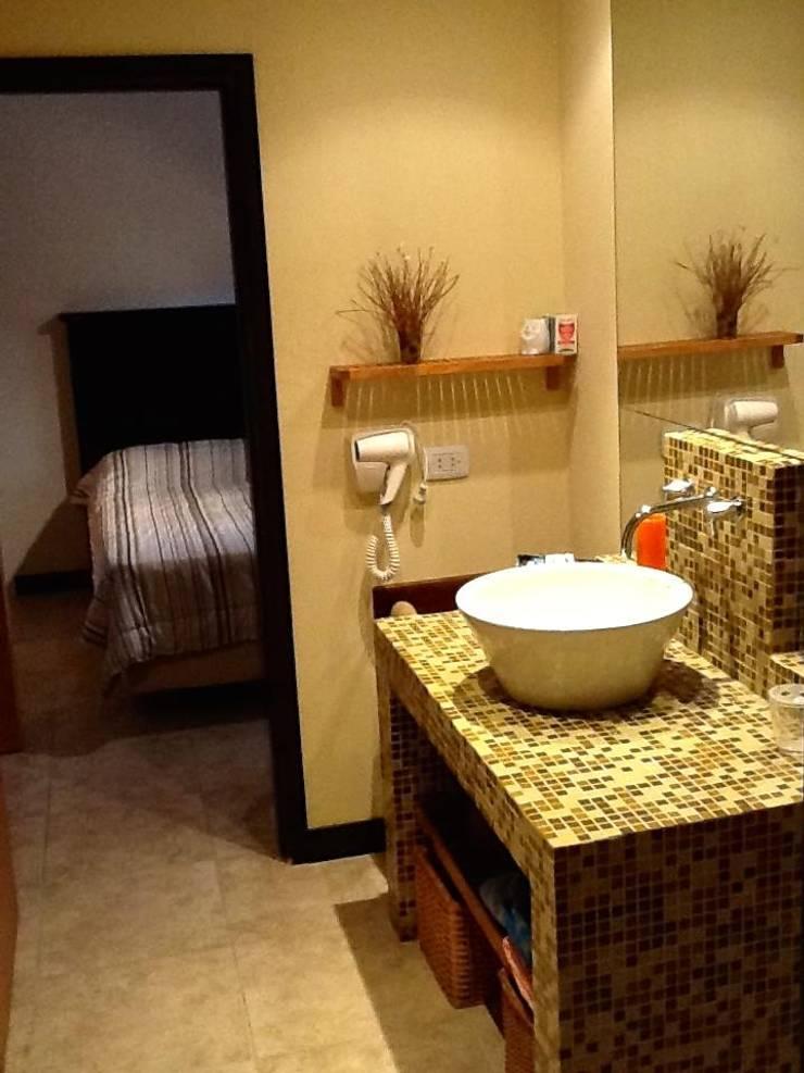 Casa Pinamar -Fragata 25 de Mayo: Baños de estilo  por Ardizzi arquitectos,Moderno
