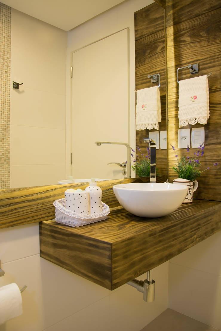 Lavabo com tampo em madeira: Banheiros  por ARQ Ana Lore Burliga Miranda