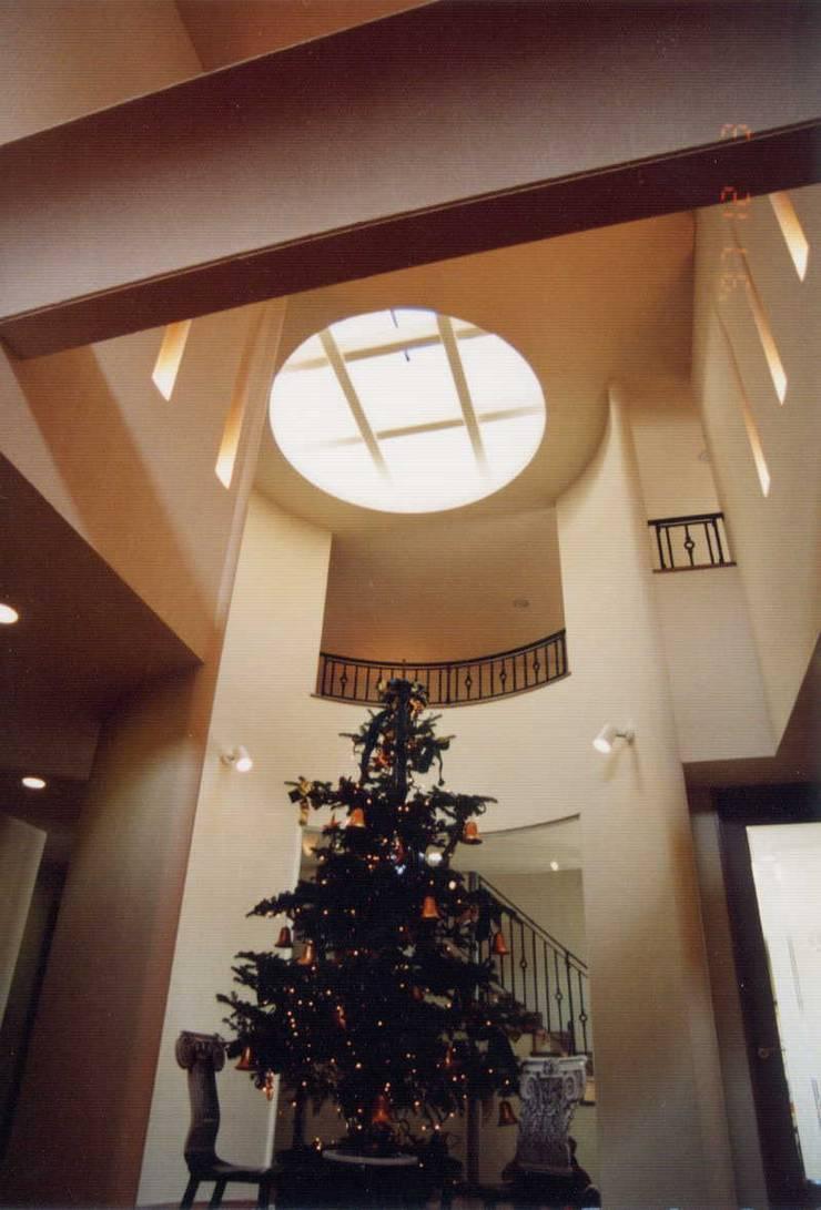 E邸: (有)アマ設計事務所が手掛けた廊下 & 玄関です。,