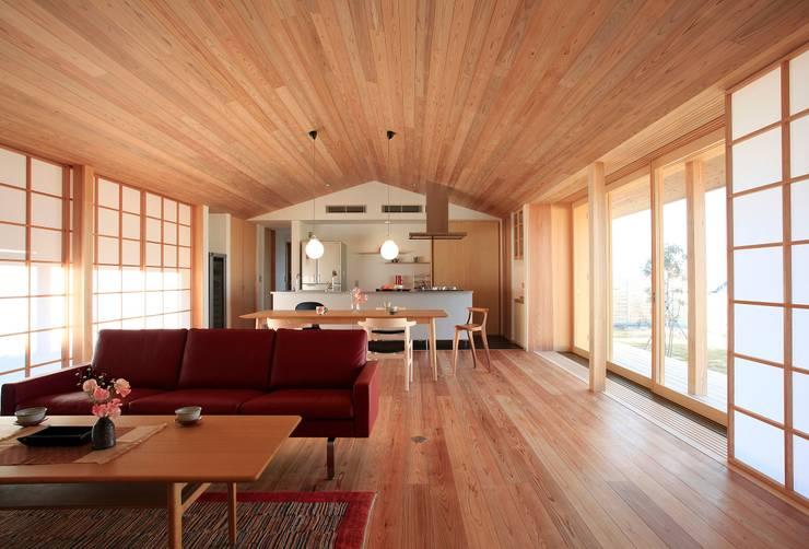 大紅葉の家: アーキウェルワークス一級建築士事務所が手掛けたリビングです。