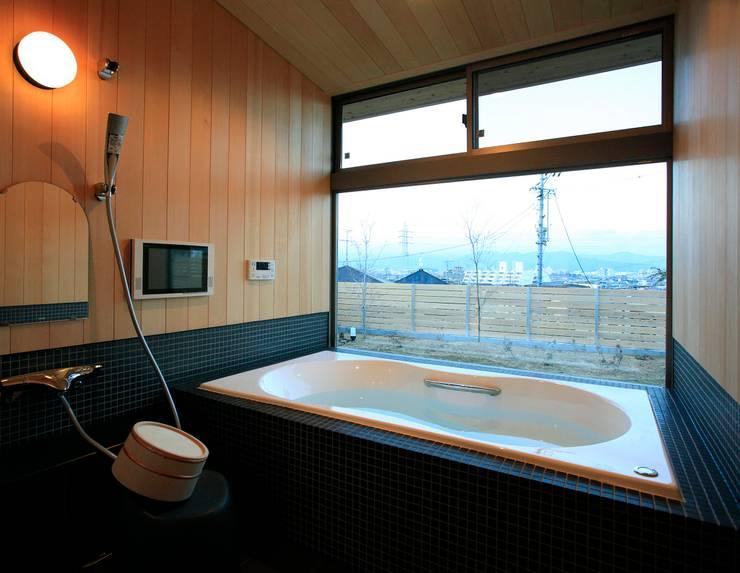 大紅葉の家: アーキウェルワークス一級建築士事務所が手掛けた浴室です。