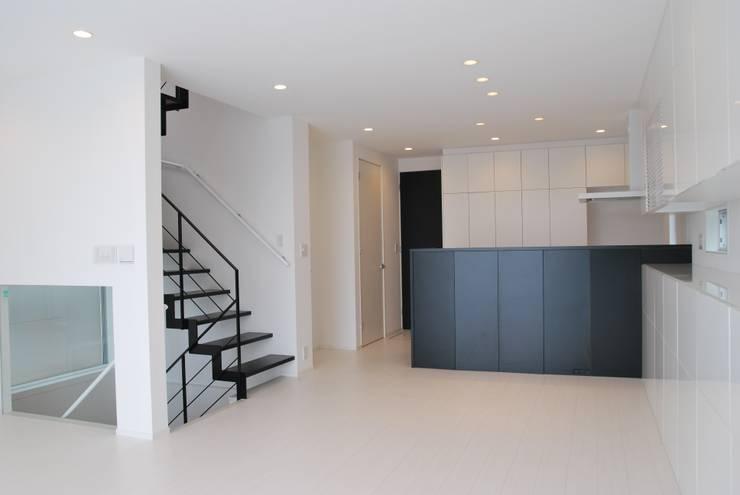 美しが丘二丁目ハウス: nakajimaが手掛けた廊下 & 玄関です。,