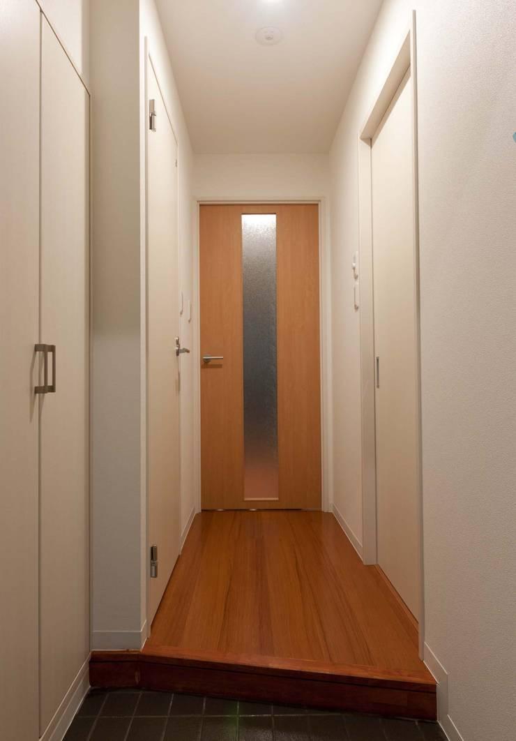 メゾン柳: nakajimaが手掛けた廊下 & 玄関です。,モダン