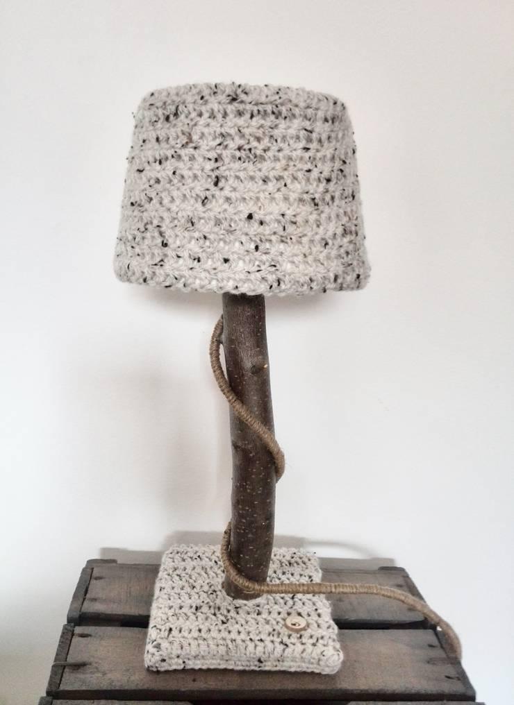 Stoere natuurlijke tafellampen met warme wollen kappen.:  Slaapkamer door WoodWoolDesign