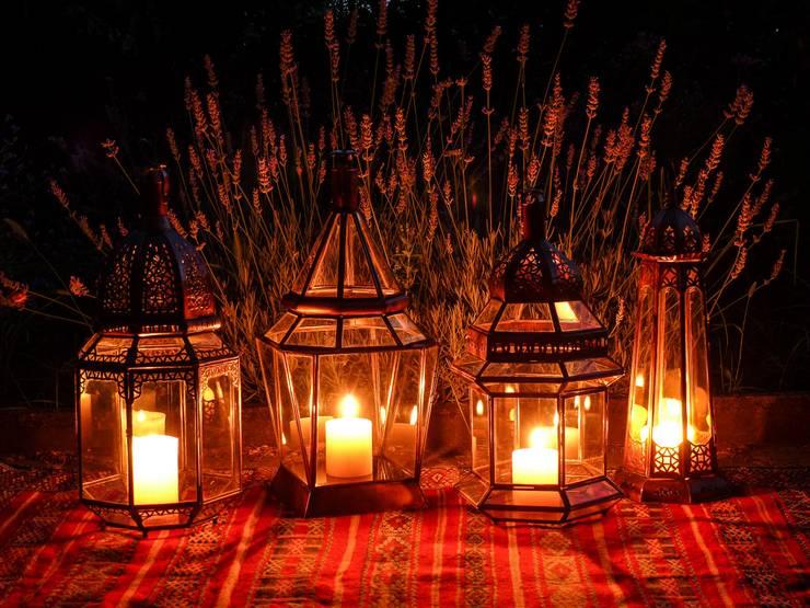 Lanterne: Giardino in stile in stile Mediterraneo di L' Argania