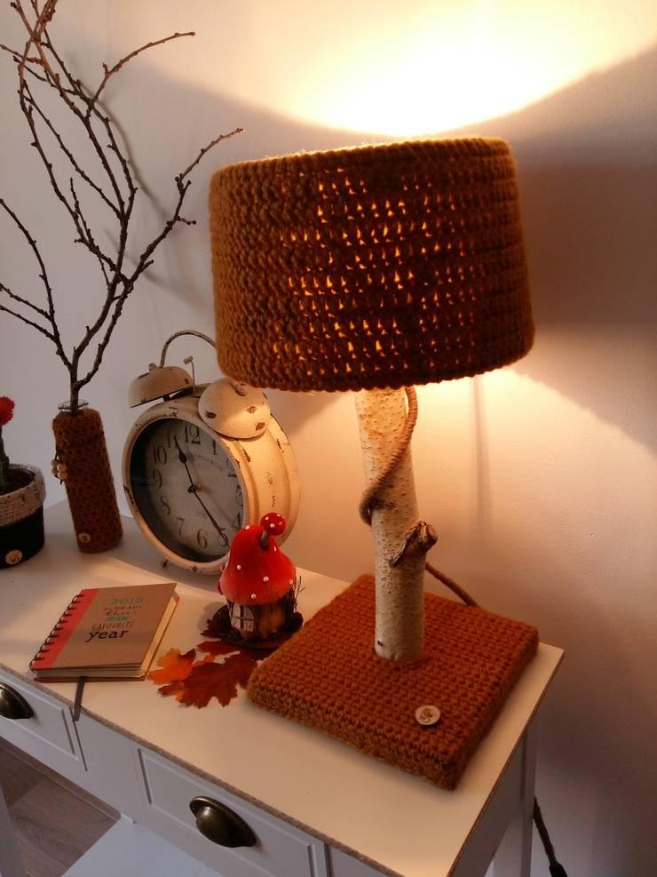 Stoere natuurlijke tafellampen met warme wollen kappen.:  Woonkamer door WoodWoolDesign